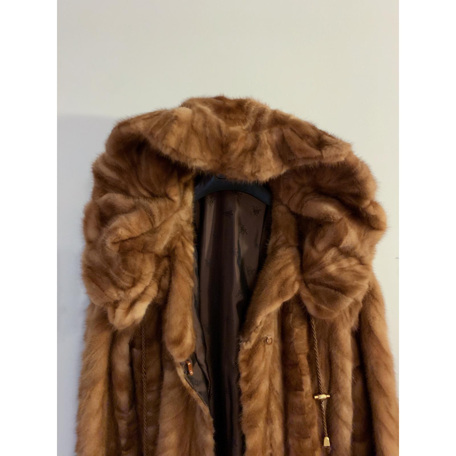 Futrzany płaszczyk z norek z kapturem