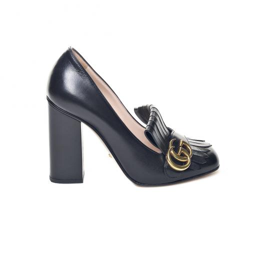 Czarne buty na słupku