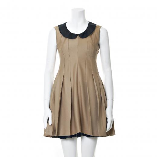 Sukienka w kolorze kamelowym