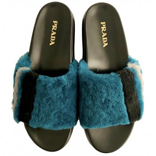 PRADA – sandały z futrem z owczej wełny
