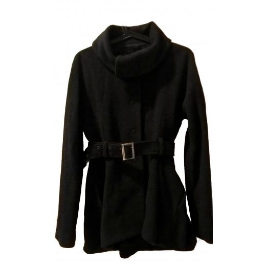 krótki wełniany płaszcz