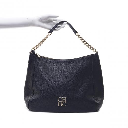 Czarna torba na złotym łańcuszku