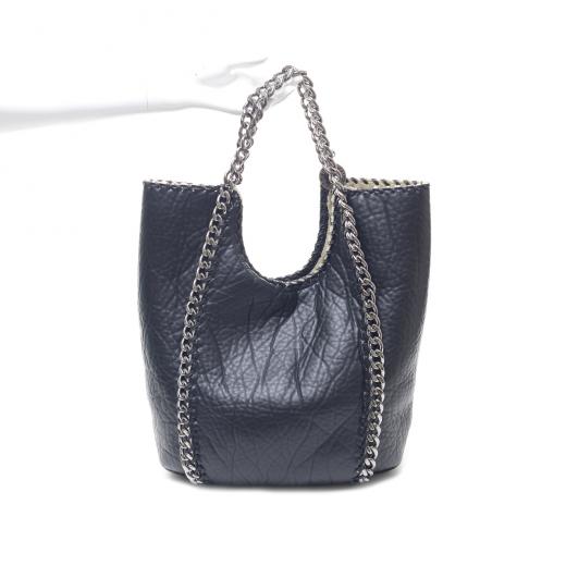 Czarna torba z łańcuszkiem