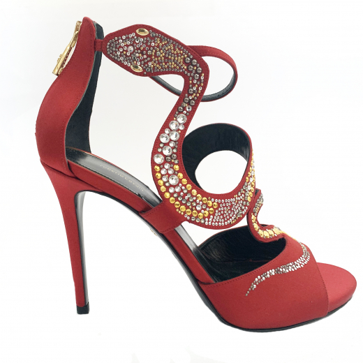 Czerwone sandały na wysokim obcasie