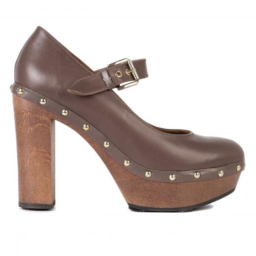 buty na drewnianym słupku